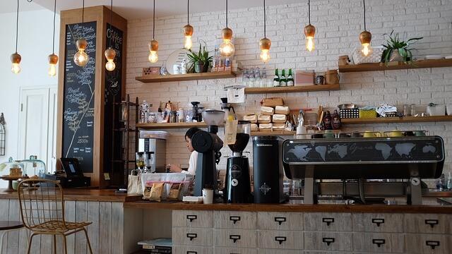 Student jobbar extra i café